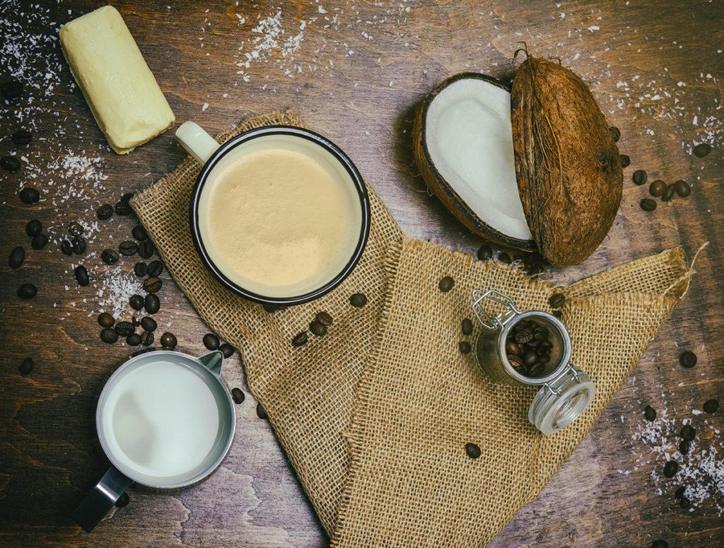 dekoracje na stole kokos kubek z kawą masło ziarna kawy