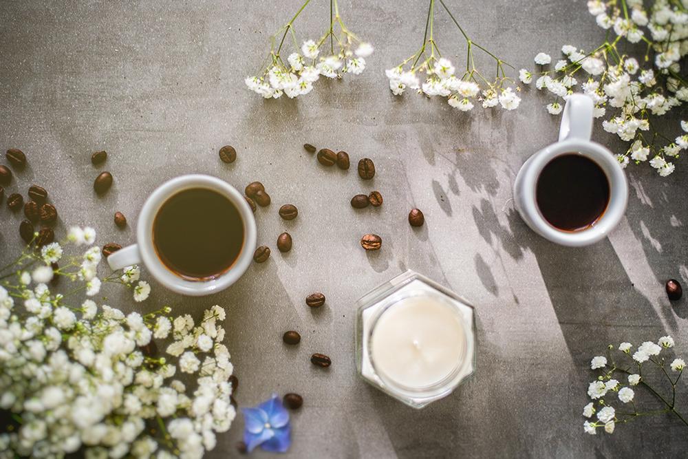 filiżanki kawy na stole ziarna kawy