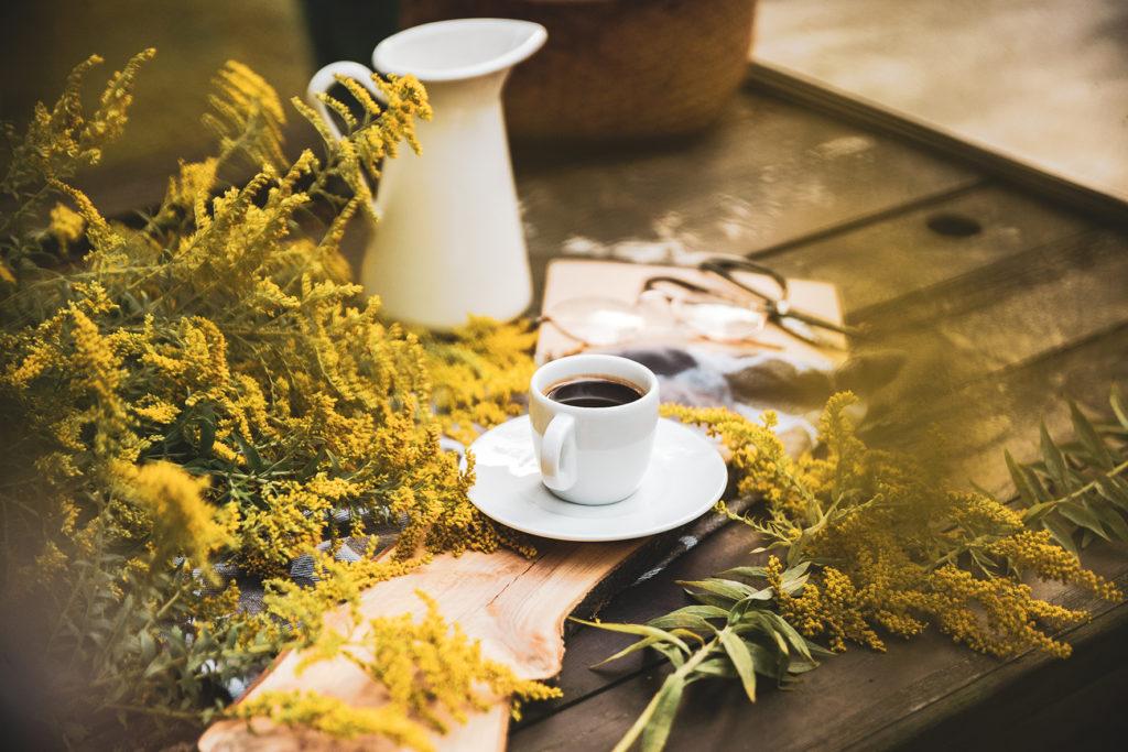 filiżanka kawy w jesienna sceneria