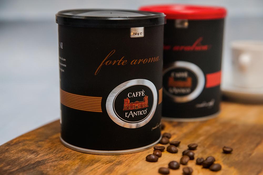 dwie puszki kawy na drewnianej desce