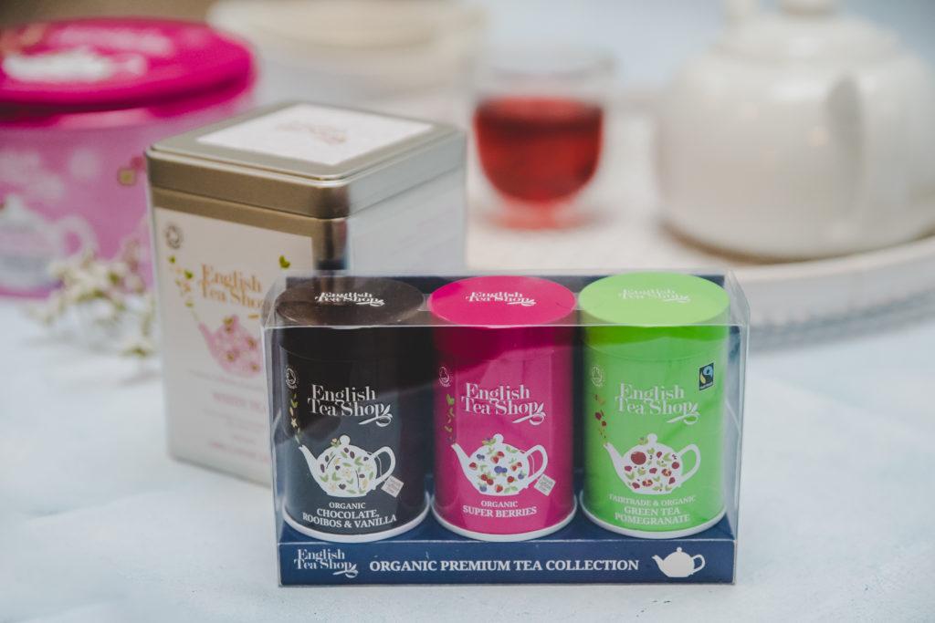 zestaw kolorowych puszek z herbatami