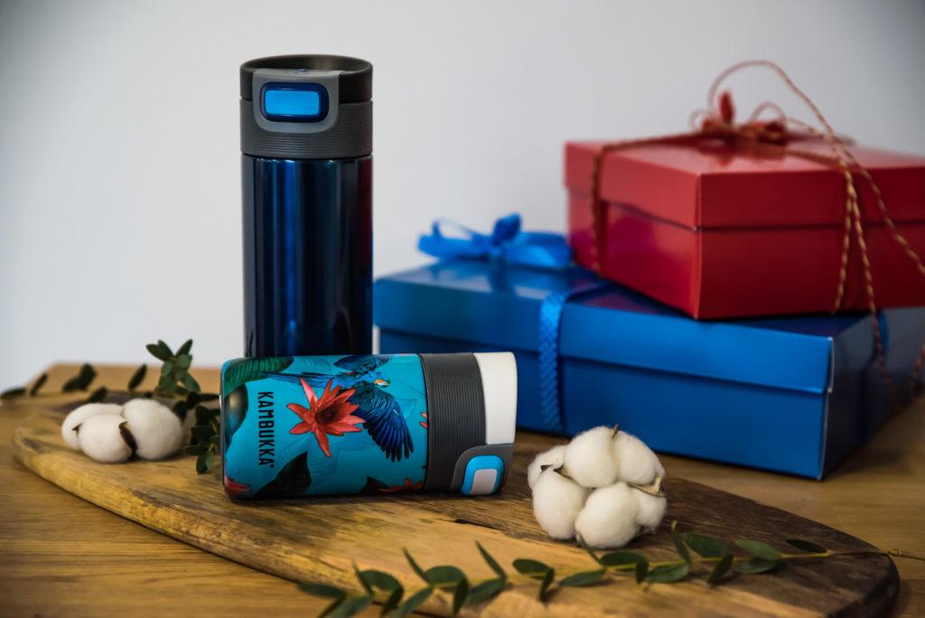kubki termiczne obok pudełka prezenty