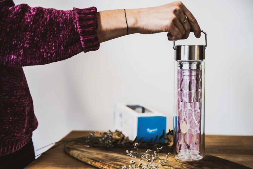 butelka podróżna na stole