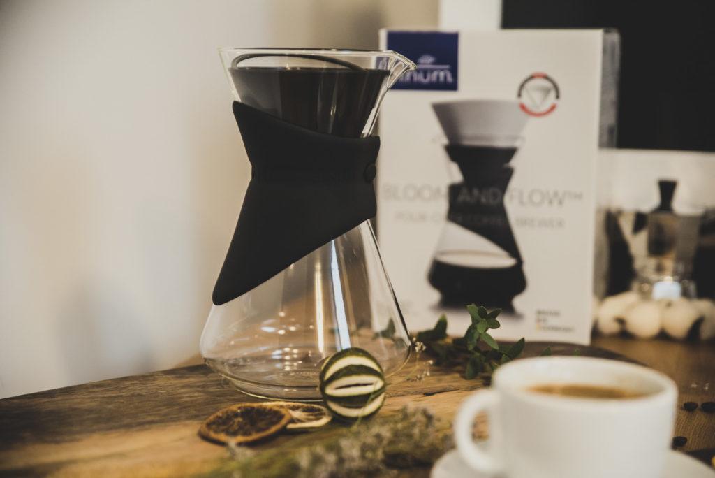 zaparzacz przelewowy na drewnianym stole filiżanka kawy
