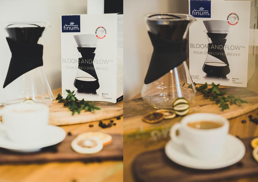zaparzacz na stole obok filiżanki kawy