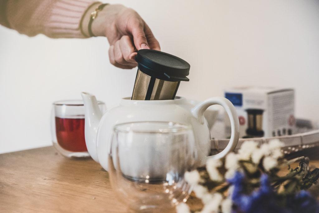 akcesoria do kawy i herbaty na drewnianym stole
