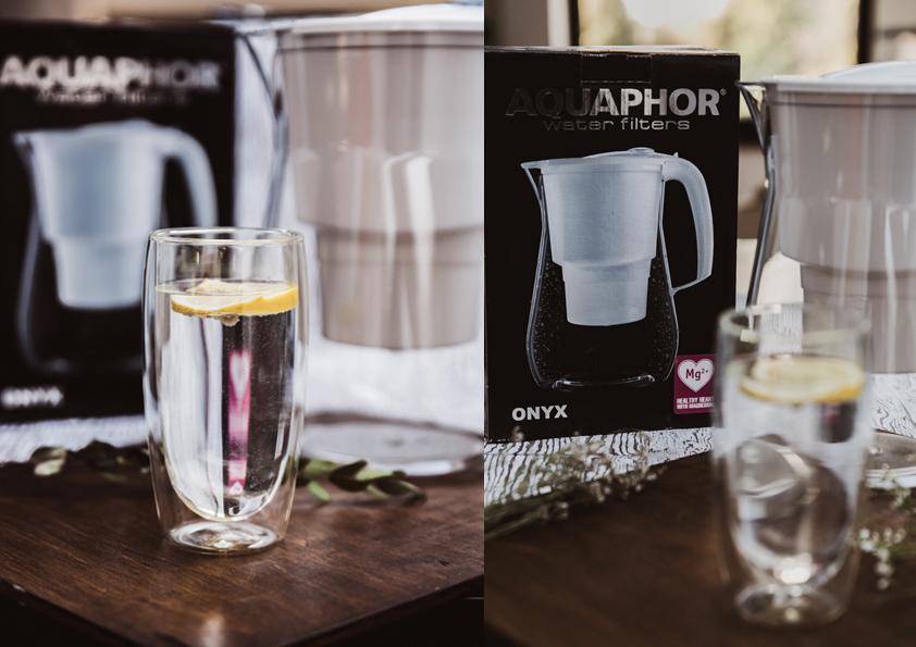 szklanka wody z cytryną na stole