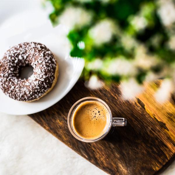 filiżanka kawy i pączek amerykański