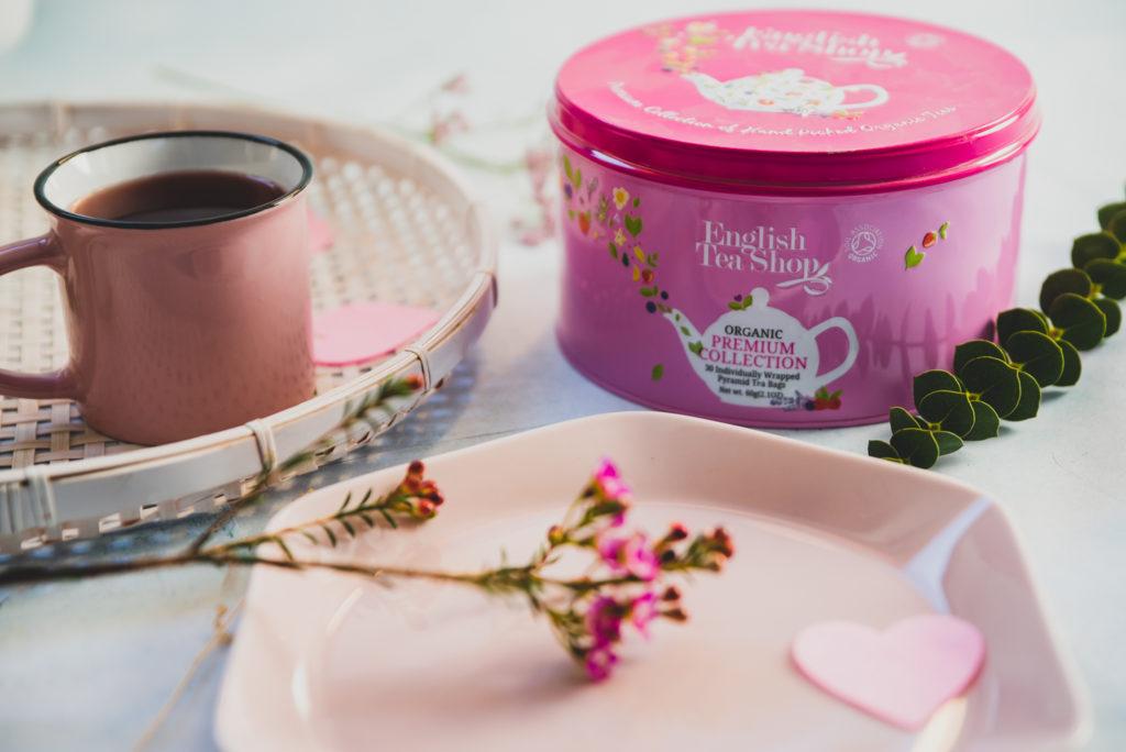 różowa puszka z herbatą różowy metalowy kubek z kawą