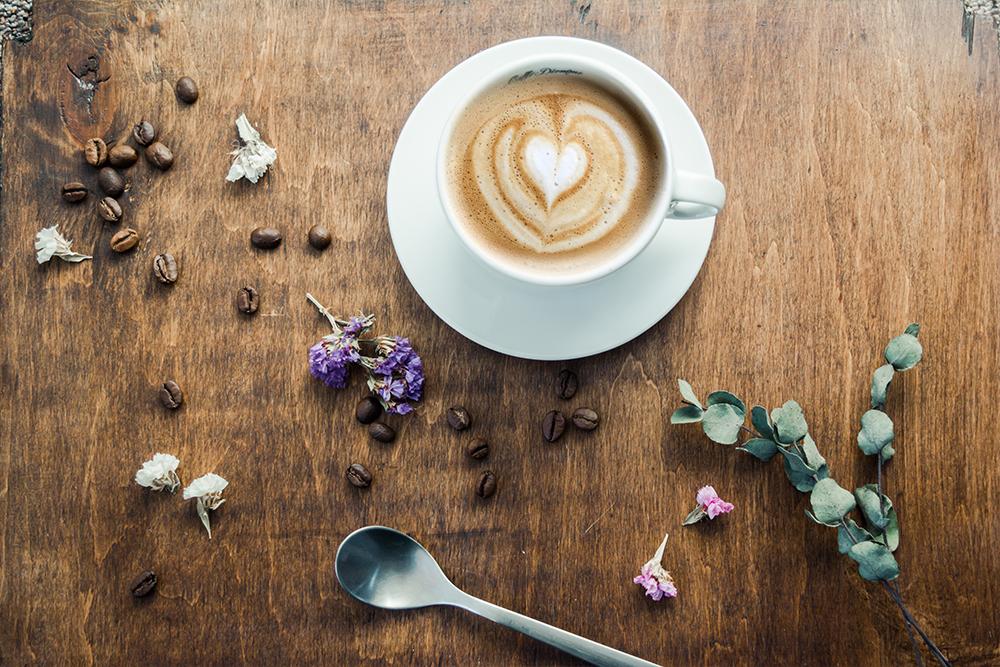 filiżanka kawy pianka w kształcie serca kawa ziarnista