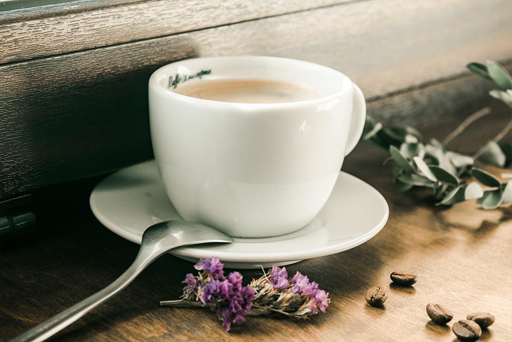 filiżanka kawy z dekoracje kwiatów kawa ziarnista